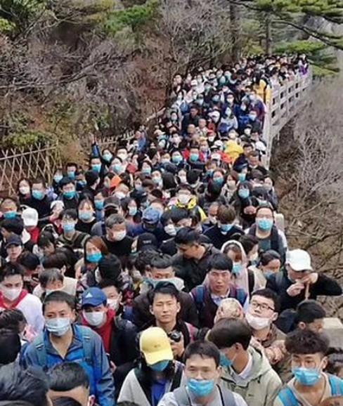 """จีนอีกแล้ว! คนจีนหลายหมื่นเบียดเสียด เที่ยว """"เขาหวงซาน"""" หลังเพิ่งพ้นวิกฤตโควิด-19"""