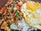 ข้อมูลโภชนาการ ใน ข้าวผัดกะเพราไก่ไข่ดาว 1 จาน ให้พลังงานทั้งสิ้น เท่ากับ