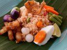 ข้อมูลโภชนาการ ใน ข้าวผัดน้ำพริกลงเรือ 1 จาน ให้พลังงานทั้งสิ้น เท่ากับ