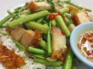 ข้อมูลโภชนาการ ใน ข้าวผัดผักกระเฉดหมูกรอบ 1 จาน ให้พลังงานทั้งสิ้น เท่ากับ
