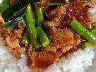 ข้อมูลโภชนาการ ใน ข้าวแกงเผ็ดไก่ 1 จาน ให้พลังงานทั้งสิ้น เท่ากับ