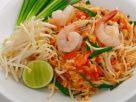 ข้อมูลโภชนาการ ใน ผัดไทยกุ้งสดใส่ไข่ 1 จาน ให้พลังงานทั้งสิ้น เท่ากับ